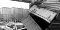 """货车亲吻限高杆 车后的SUV""""悲剧""""了 - Syd.Com.Cn"""