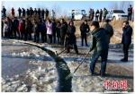 村民清理残冰,维护冰盘。 安会民 摄 - 新浪辽宁