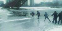 男子坠入冰河众市民合力救出 - Syd.Com.Cn