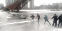 沈阳:燃气胶管当救命绳 众人合力救出落水者 - 辽宁频道