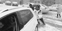 大连:风雪中 城市里上演一幕幕暖心事(图) - 辽宁频道