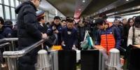 资料图:上海2018年春运增开列车提前开行。 中新社记者 殷立勤 摄 - 新浪辽宁