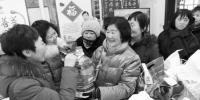沈阳:社区向困难群众赠送生活用品(图) - 辽宁频道