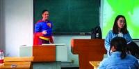 """外教化身""""超人""""上课引众人点赞 - Syd.Com.Cn"""
