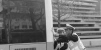 丹东:公交车熄火引堵塞 交警推车二十多米 - 辽宁频道