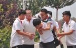 人间大爱 六名伙伴五年背着他走进课堂 - 辽宁频道