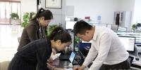 敦煌网东北区域总经理李丽在沈抚新区政务服务中心办理企业开办相关手续。 - 新浪辽宁