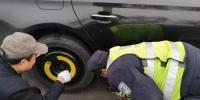 沈阳:男子上高速车胎漏气却不知 民警发现帮忙换轮胎 - 新浪辽宁