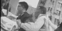 """大连:七旬老人摔倒 """"90后""""民警背他回家 - 辽宁频道"""