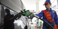 山西太原一加油站,工作人员为车主加油。韦亮 摄 - 新浪辽宁