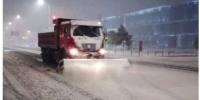 沈阳迎初冬第一场降雪 环卫工人连夜进行清扫 - 辽宁频道
