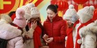 张允为几名来自南方的大学生规划旅游路线 王强摄 - 新浪辽宁